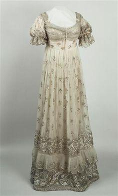 Robe de cour de l'impératrice Joséphine en gaze lamée argent ornée de semis de fleurs d'oeillets, large bordure brodée de fleurs et palmettes Après 1810