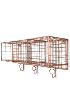 Fabriquée en métal noir ou cuivré, cette étagère affiche un look à la fois brut et raffiné. Avec trois compartiments et trois crochets, pratiques pour organiser vos affaires.