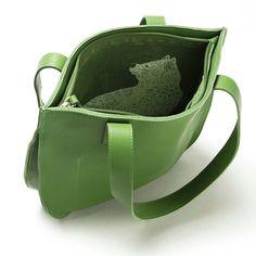 Keecie bag dream team in fresh green with a lovely bear inside.