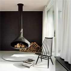 Atriumhaus Händelallee / New residential project by BFS Design Flachsbarth Schultz, a 1957 atrium house (bungalow) in the middle of the Tiergarten Park in the center of Berlin. Floating Fireplace, Hanging Fireplace, Suspended Fireplace, Black Fireplace, Minimalist Fireplace, Mounted Fireplace, Fireplace Brick, Minimalist Living, Modern Fireplaces