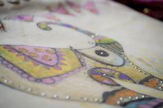 Diseño clásico en nuestras canvas ahora en nuevas handbags, pintada a mano, con detalles d strass y moneditas PIEZA UNICA ! :) #bags #clutch #purse #tote #design #drawinghand #drawing #paint #hand #elephant #boho #hippiechic #style #bohemian #girls #fashion #look #exclusive #accessories