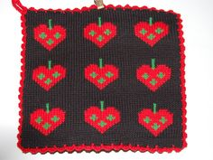 De här grytlapparna är stickade på en rundsticka och har samma mönster på båda sidorna. Crochet Potholders, Knit Crochet, Fair Isle Knitting Patterns, Pot Holders, Textiles, Blanket, Christmas, Crochet Ideas, Crocheting