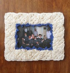 This crochet frame not only looks original but is lightweight so you can carry it with you. It can be hung on a wall or placed on a table. It can also be a great DIY birthday present. Instead of a photo, you can insert a picture and use it as a double sided card. Diy Birthday, Birthday Presents, A Table, Fun Crafts, Craft Projects, Crochet, Frame, Wall, Cards