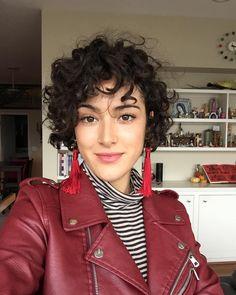 A imagem pode conter: 1 pessoa Short Curly Haircuts, Choppy Bob Hairstyles, Curly Hair Cuts, Bob Hairstyles For Fine Hair, Wavy Hair, Short Hair Cuts, Curly Hair Styles, Short Curly Pixie, Celebrity Hairstyles
