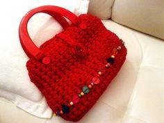 Borsa realizzata con fettuccia di cotone rosso con applicazione di bottoni di legno colorati
