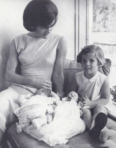 Jacqueline Kennedy Photographs: Jackie Kennedy Casual and Family Life Archive Les Kennedy, Caroline Kennedy, Jacqueline Kennedy Onassis, Sweet Caroline, Jackie Kennedy, Jaqueline Kennedy, Familia Kennedy, Nostalgia, Greatest Presidents