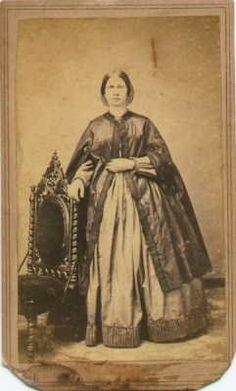 1860 - photo d'une dame avec sorte de cape Victoria et Elizabeth