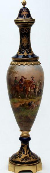 """""""SÈVRES"""" Ânfora de porcelana esmaltada decorada com cena policromada de caçada em paisagem e detalhe"""