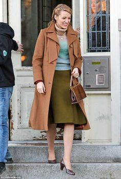 Blake Lively filming her new movie Age of Adaline in Vancouver. Love this look. Love the classic style. Soft Autumn Color Palette, Blake Lively Ryan Reynolds, Blake Lively Family, Age Of Adaline, 1950s Outfits, Office Looks, Classy Women, Classy Lady, 1950s Fashion