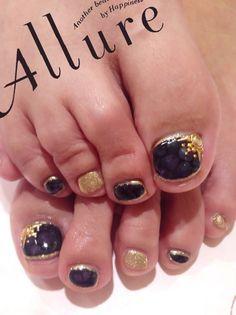 Royal purple - Gold glitter - Gold jewels - Toenail design