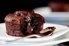 Blød, fyldig, lynhurtig og populær dessert. Små lune chokoladefondanter med is til er et sikkert hit hos gæsterne.