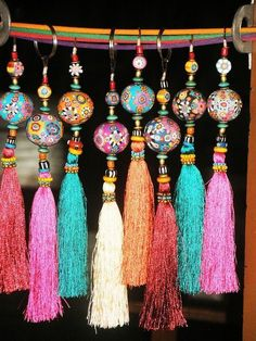 Aow Dusdee, Thailand - Fimo tassels- make beads with sculpy Diy Jewelry, Jewelry Making, Jewellery, Diy And Crafts, Arts And Crafts, Passementerie, Diy Schmuck, Tassels, Diy Tassel