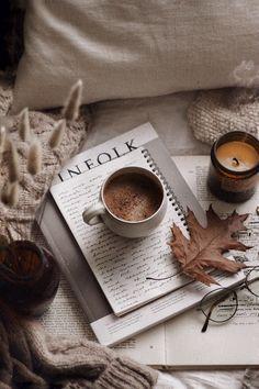 Cozy Aesthetic, Aesthetic Coffee, Autumn Aesthetic, Brown Aesthetic, Aesthetic Photo, Aesthetic Pictures, Flat Lay Photography, Coffee Photography, Instagram Look