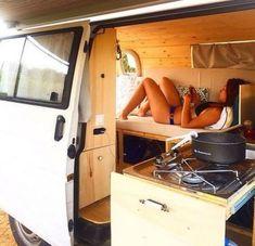 Slide out kookeiland dat ook gebruikt kan worden als tafel - Camper van conversions that'll make happy with van girls 19 Vw Camper, Vw Bus, Camper Life, Van Interior, Camper Interior, Motorhome, Van Dwelling, Kombi Home, Vanz