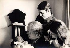 © Acervo de família. Chico Buarque, Marieta Severo e Silvia Buarque no colo do padrinho Vinícius de Moraes, 1969.