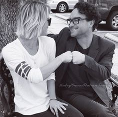 Kaley Cuoco and Johnny Galecki from the Big Bang Theory Big Bang Theory Penny, Big Bang Theory Series, Johnny Galecki, Kaley Cuoco, Leonard And Penny, Home Wrecker, Comedy Tv Shows, New Boyfriend, Couple