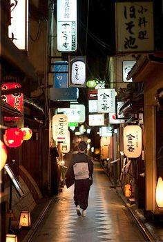Kyoto - Op zoek naar een restaurant in het levendige Gion.
