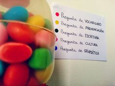 Máquina expendedora de caramelos de colores para hacer preguntas asociadas a cada color. Cultura, gramática, vocabulario, fonética... practica el español y endúlzate!