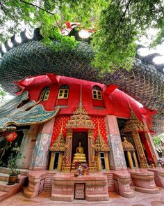 About 40 km west of Bangkok lies the district of Samphran, where there is a rather odd-looking Wat or Buddhist temple. The temple complex has a giant golden Buddha statue and several shrines and smaller statues within,--