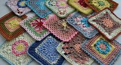 rengarenk iplerle örülmüş çeşitli desenli örgü motifler