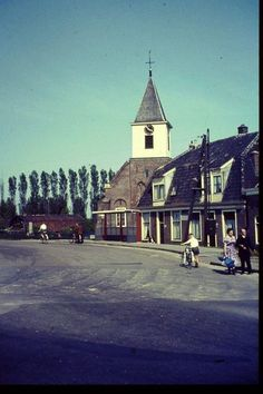 Amsterdam Sloterdijk, 1963. Sloterdijk is een dorp dat bij Amsterdam hoort. Het ligt ten Noord-Westen van het stadscentrum. Het kerkje is de Petruskerk.