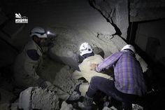 محاولة فرق الدفاع المدني اجلاء جثث الشهداء في حي كرم الطراب بحلب