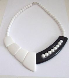 VINTAGE 60 S BLACK & WHITE MOD LUCITE BEADS BEADED STATEMENT NECKLACE COLLAR