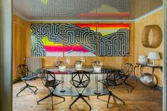 ovaler Tisch Stühle Holz Dielenboden Graffiti