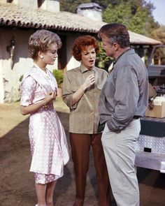 The Parent Trap 1961 (the original)~Joanna Barnes as Vicki (The Meredith role in the 1998 version), Maureen O'Hara & Brian Keith. Joanna Barnes also appeared in the 1998 Parent Trap playing Vicki, the role of Meredith's Mother. Golden Age Of Hollywood, Hollywood Stars, Old Hollywood, Old Movies, Vintage Movies, Joanna Barnes, Brian Keith, Parent Trap