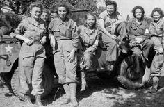 Grupo de Enfermeras del Ejército del 10ª Hospital de Campaña (400 camas de capacidad) posando delante de un camión 1/4-Ton, el 19 de marzo de 1943