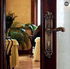 <h2>Spätbarock Türgriff mit Rosette oder Langschild, für (BB),(PZ), oder Bad / WC. Mit passende DK Fensterbeschläge, Fenstergriffe. Verfügbar in: franzözischem Gold, vergoldet und matt patiniert Ausführungen.</h2>