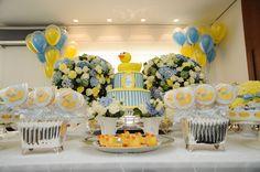Para o chá de bebê do Luca, a mamãe, Fernanda Rolim, escolheu o tema patinhos! Na decoração, as cores amarelo e azul claro formaram a paleta junto com o br 22nd Birthday, Girl Birthday, Baby Shower Themes, Baby Shower Gifts, Rubber Duck Birthday, Classy Baby Shower, Baby Shower Yellow, Cake Smash Outfit, Baby Party
