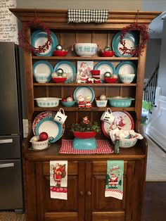 🌟Tante S!fr@ loves this📌🌟My Christmas Pyrex Display. So fun putting this together with Goodwill and thrift store treasures, including the cabinet! Christmas Booth, Aqua Christmas, Christmas Dishes, Christmas Kitchen, Vintage Christmas, Christmas Decorations, Vintage Pyrex Dishes, Vintage Kitchenware, Vintage Glassware
