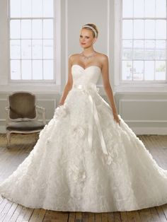 (NO.0242775 )2012 Style Ball Gown Sweetheart  Hand-Made Flower Sleeveless Sweep / Brush Train Lace  White Wedding Dress For Brides