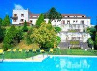 El Parador de la histórica ciudad de Tui, fronteriza con Portugal, reproduce fielmente un Pazo rural gallego, en un entorno montañoso y fluv...