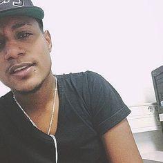 On sait agir les grosses putes on les a grillées Pour m'évader moi j'roule un joint de canna'  #jujujul#vroum#TeamJul#team974#ligaone#instagram#picoftheday#picture#selfie#black#kreol#metisse#mylife#myworld#metissage#974 by anthonyrc.95