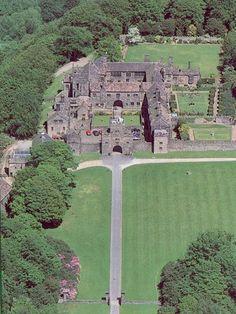 Hoghton Tower - Medieval Fortified Manor House in England Beautiful Castles, Beautiful Buildings, Beautiful Places, Preston Uk, Preston Lancashire, English Architecture, Castles In England, Medieval Houses, Famous Castles