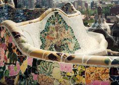 """Detalle de los magníficos bancos de mosaico que delimitan la """"Plaza de la naturaleza"""" en el Parc Güell de Barcelona."""