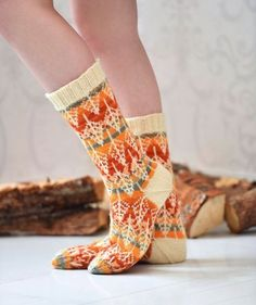 Wow check out this trendy photo - what a creative conception Loom Knitting, Knitting Socks, Hand Knitting, Knit Basket, Yarn Stash, Wool Socks, Sock Shoes, Knitting Projects, Mittens