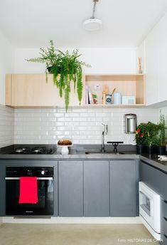 Cozinha tem armário cinza, subway tiles e armário de madeira com nicho. Minimal Kitchen, Modern Kitchen Design, Studio Kitchen, Kitchen Decor, Kitchen Dining, Kitchen Cabinets, Kitchen Island, Metro Tiles, Delphine