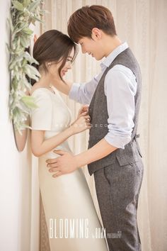 ✩ Check out this list of creative present ideas for people who are into photograhpy Pre Wedding Poses, Pre Wedding Photoshoot, Wedding Pics, Wedding Couples, Korean Wedding Photography, Wedding Couple Poses Photography, Bridal Photography, Korean Couple Photoshoot, Couple Posing