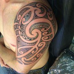 And a inspired Great Tattoos, New Tattoos, Tattoos For Guys, Maori Tattoos, Maori Designs, Tattoo Designs, Tattoo Ideas, Polynesian Tribal Tattoos, New Zealand Tattoo