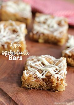 Fall and apple season are upon us! Get a jump start on delicious desserts using in-season fruit with these phenomenal cake-and-cookie-cross Apple Snickerdoodle Bars! Dessert Bars, Dessert Oreo, Apple Desserts, Fall Desserts, Apple Recipes, Potato Recipes, Best Dessert Recipes, Delicious Desserts, Yummy Food