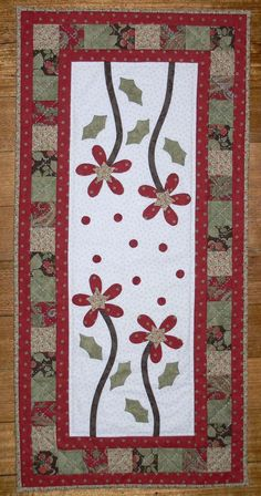 Red blooms for Christmas Bird Christmas Ornaments, Christmas Applique, Christmas Sewing, Christmas Crafts, Table Runner And Placemats, Table Runner Pattern, Quilted Table Runners, Shabby Chic Crafts, Theme Noel