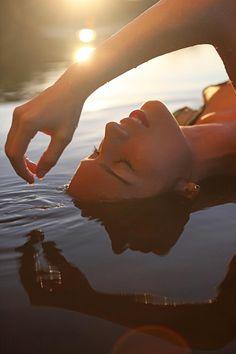Relaxar na água.