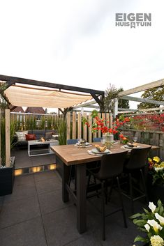 From cozy roof terrace to an intimate roof garden - Own House and Garden, A large roof terrace? Divide it into several parts, so that you have a real garden A large roof terrace? Divide it into several parts, creating a real. Sustainable Architecture, Residential Architecture, Contemporary Architecture, Outdoor Shutters, Jungle Gardens, Underground Homes, Garden Living, Outdoor Furniture Sets, Outdoor Decor