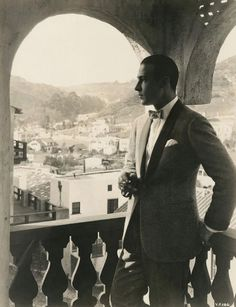 Ladies & Gentleman Mr. Rudolph Valentino. Gawd, he was hawt.  They just don't make them like that anymore.