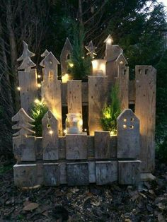 Mit dieser tollen Upcycling Idee lässt sich der Hauseingang ganz effektvoll in Szene setzen! ¡Con esta gran idea de reciclaje, la entrada a la casa se puede organizar de manera efectiva! Magical Christmas, Outdoor Christmas, Christmas Time, Christmas Crafts, Christmas Decorations, Holiday Decor, Pallet Christmas, Christmas Lights, Christmas Ornaments