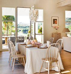 Neutra, relaxante, assim não compete com a paisagem - não é incrível? Com jardim cultivado pela proprietária, piso interno em madeira com...