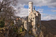 """Il castello di Lichtenstein (""""pietra chiara"""") si trova nel Baden- Württemberg, Germania, e sovrasta la località di Honau, nel comune di Liechtenstein  Fu costruito nel XIX secolo."""